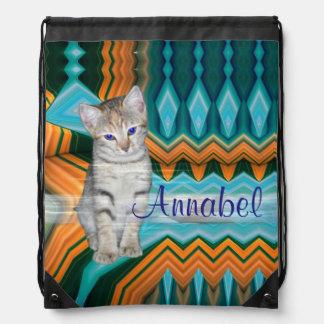 Den färgglada kattungematrisryggsäcken hänger lös gympapåse