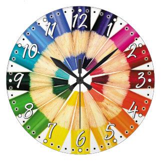 Den färgrika färgpennakonstnärväggen tar tid på stor rund klocka