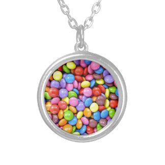 Den färgrika godisen lappar silverpläterat halsband
