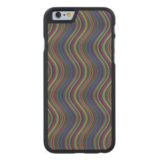 Den färgrika lodrät vinkar carved® lönn iPhone 6 slim fodral