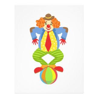 Den färgrika vänliga clownen som balanserar på brevhuvud