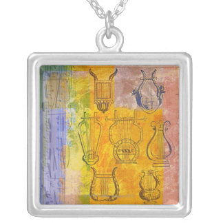 Den forntida musikalen instrumenterar silverpläterat halsband