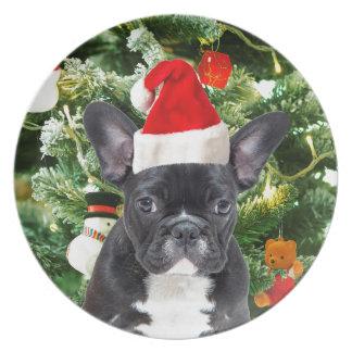 Den franska bulldoggjulgranen smyckar snögubben tallrik