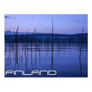Den fridfulla och dimmiga sjön efter skurkroll vykort