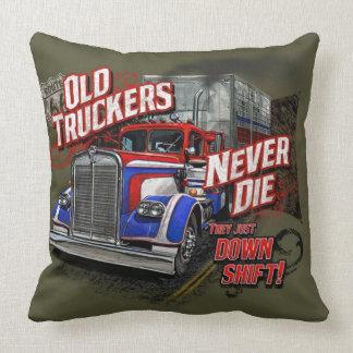 Den gammala lastbilsföraren dör aldrig dekorativ kudde