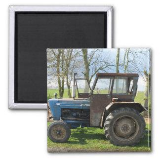 Den gammala traktoren i holländare landskap kylmag magnet