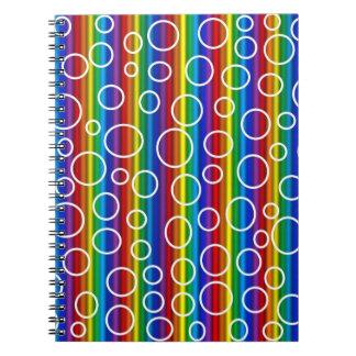 Den genomskinliga regnbågen bubblar anteckningsbok