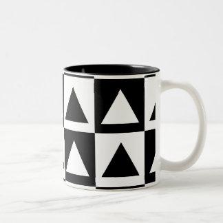 Den geometriska svartvita triangeln formar mönster Två-Tonad mugg