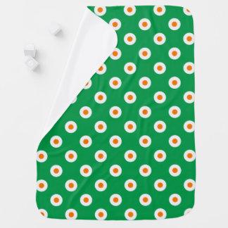 Den gladlynt orangen pricker på grönt bebisfilt