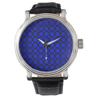 Den glödande blåttpolkaen pricker klockan armbandsur