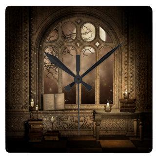 Den gotiska bibliotekfönsterväggen tar tid på fyrkantig klocka