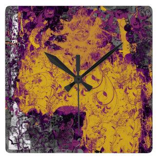 Den gotiska blom- lila- och gultväggen tar tid på fyrkantig klocka