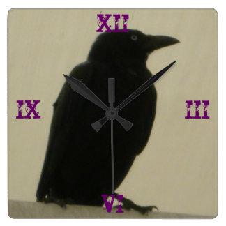 Den gotiska kråkan tar tid på fyrkantig klocka