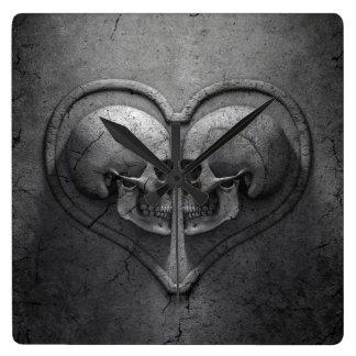 Den gotiska skallehjärtaväggen tar tid på fyrkantig klocka