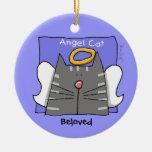 Den gråa tabby kattängeln personifierar julgransdekoration