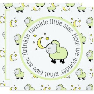 Den gröna lamben med måne- och stjärnagender fyrkantigt 13,3 cm inbjudningskort