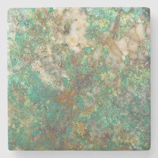 Den gröna mineraliska stenen avbildar stenunderlägg