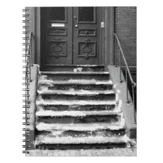 Den Grungy dörröppningen kliver B&W fotograferar Anteckningsbok