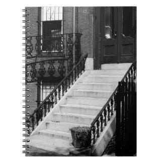 Den Grungy dörröppningen kliver B&W fotograferar Anteckningsbok Med Spiral