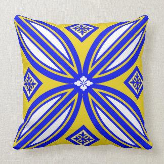 Den gula blått- och vitspanjoren belägger med kudde