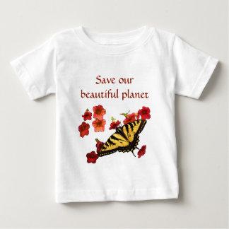 Den gula fjärilen på röda blommor sparar vårt tshirts