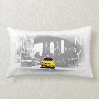 Den gula taxin Brooklyn överbryggar popkonstbilden Lumbarkudde