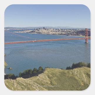 Den guld- grinden överbryggar och San Francisco. 4 Fyrkantigt Klistermärke