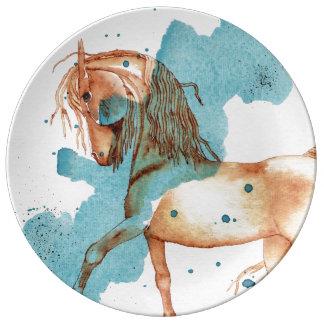 Den guld- hästen på turkosvattenfärg tvättar porslinstallrik