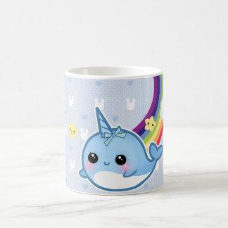 Den gulliga bebiset som är narwhal med regnbågen, kaffemugg