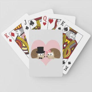 Den gulliga igelkotten kopplar ihop spel kort