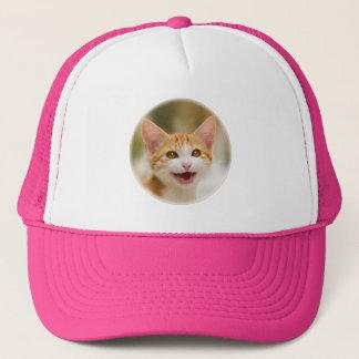 Den gulliga le roliga katten för kattungen jamar keps