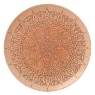 Den gulliga orientaliska designen pläterar orangen tallrik
