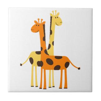 Den gulliga roliga giraffet parar liten kakelplatta