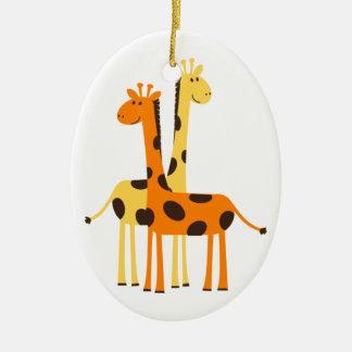 Den gulliga roliga giraffet parar ovalformad julgransprydnad i keramik