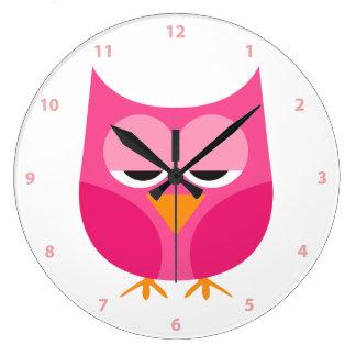 Den gulliga sömniga rosa ugglan med numrerar stor klocka