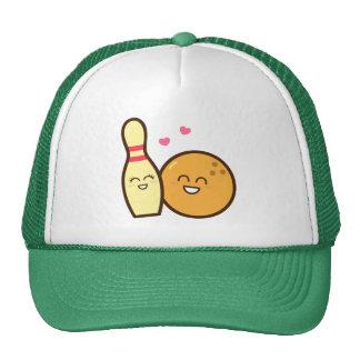 Den gulliga underhållande bowlingklotet och baseball hat