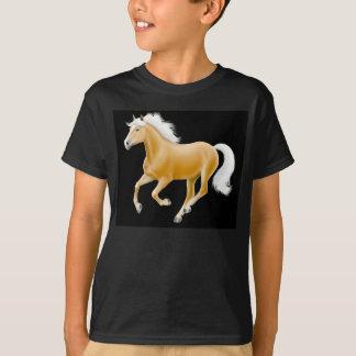 Den Haflinger Palominoponnyn lurar den mörka T-shirts