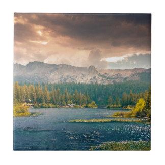 Den härliga flodbergnaturen landskap kakelplatta