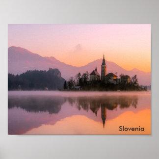 Den härliga kyrkan på ön i sjön blödde Slovenien Poster