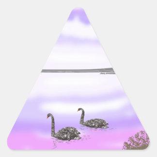 Den härliga platsen för svansjösolnedgången, triangelformat klistermärke