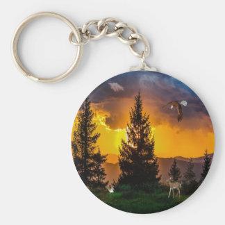 Den härliga skogen landskap med örnflyget, hjort rund nyckelring