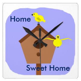 Den hem- sötsakhemfågeln bygga bo boxas tar tid på fyrkantig klocka