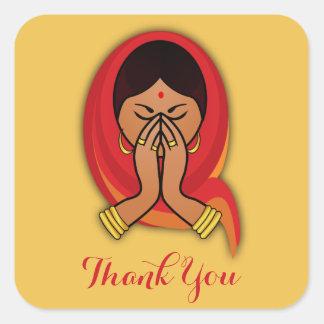 Den hinduiska kvinnan i Namaste poserar tack Fyrkantigt Klistermärke