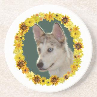 Den Husky hunden cirklar av blommor Underlägg Sandsten