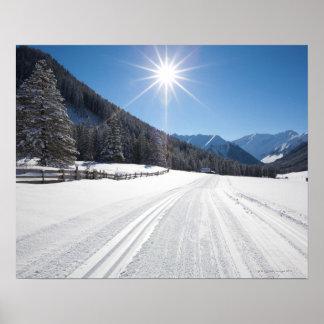 den idylliska vintern landskap i den tal berwanger print