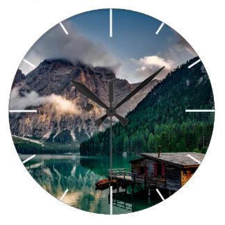 Den italienska berg sjön landskap fotoet stor klocka