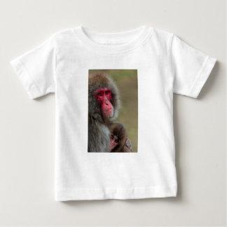 Den japanska macaquen härmar den begynna t shirt