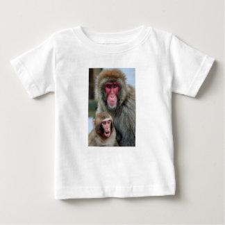 Den japanska macaquen härmar den begynna tee shirt
