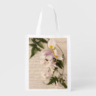 Den jasminblommor och liljan med skrivar återanvändbara kassar