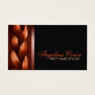 Den kastanjebruna hårstylisten flätar det enkla visitkort